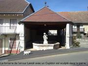 La fontaine de l'amour Lavoir avec un Cupidon est sculpté dans la pierre