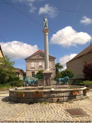La Fontaine des lions Abreuvoir la statue de saint Pierre, tenant les clés du paradis dans la main gauche et levant l'autre main vers le ciel est juchée au sommet d'une colonne.
